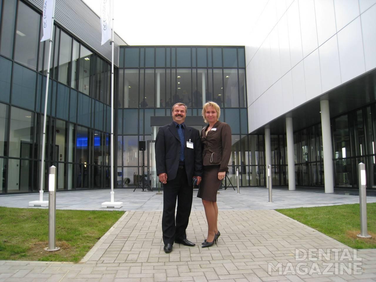 Зубной техник Андрей Жвавый и представитель GC Russia в Уфе Ирина Рзаева на фоне учебного центра GC (Бельгия).