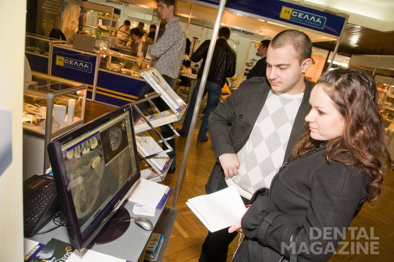 Посетители стоматологической выставки в Сочи.